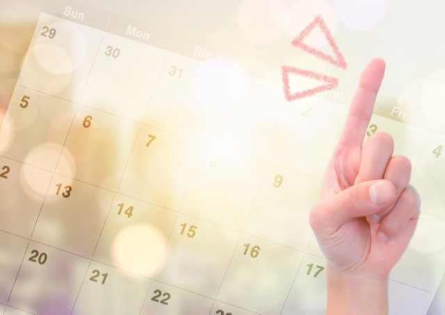 カレンダーと人差し指