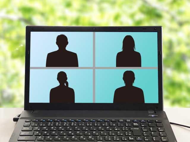 パソコンに表示された4人のシルエット