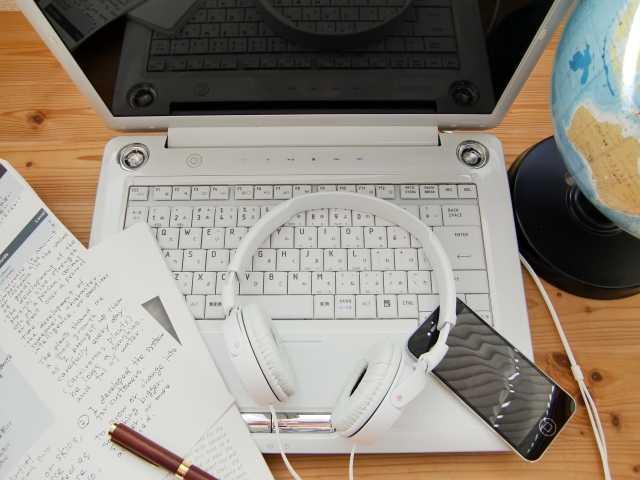 ヘッドフォンとパソコンと教本とペン