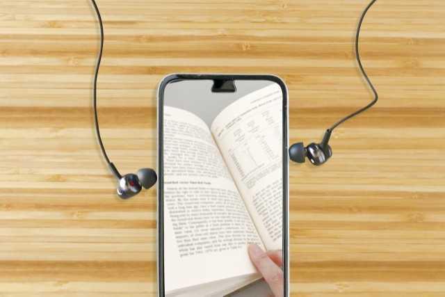 教科書が映ったスマートフォンとイヤフォン