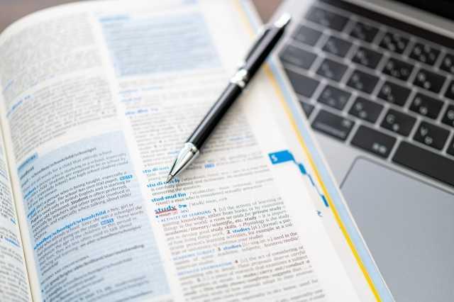 辞書とペンとパソコン