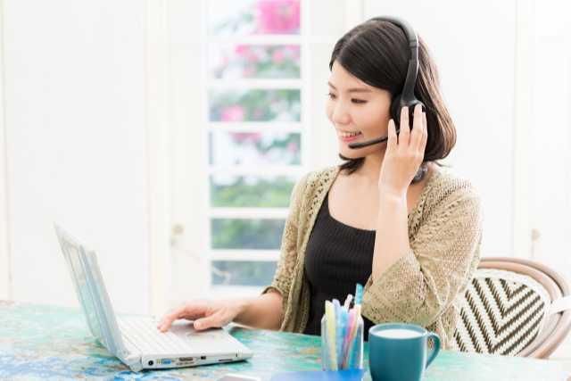 オンライン英会話を受講する女性